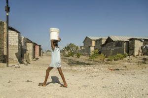 Plus de la moitié des enfants du tiers monde manquent cruellement de produits de première nécessité, notamment d'une alimentation adaptée, d'un logement adéquat, d'eau potable et de soins médicaux de qualité.