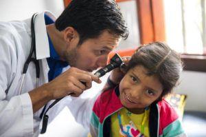 Dans les pays en voie de développement, plus de la moitié des enfants n'ont pas accès aux biens de première nécessité : une alimentation adaptée, un logement décent, de l'eau potable ou des soins médicaux de qualité.