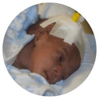Elle sera transférée dans quatre établissements différents avant d'être enfin prise en charge à l'hôpital Saint-Damien au sein de notre programme de grossesses à hauts risques.